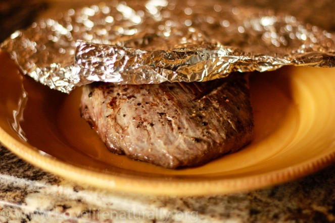 Take the meat and place on a clean plate. Cover with foil and let rest for 10 min to reserve the juices.